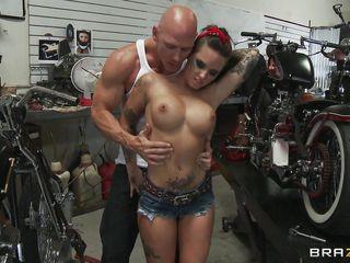 брюнетка с тату порно